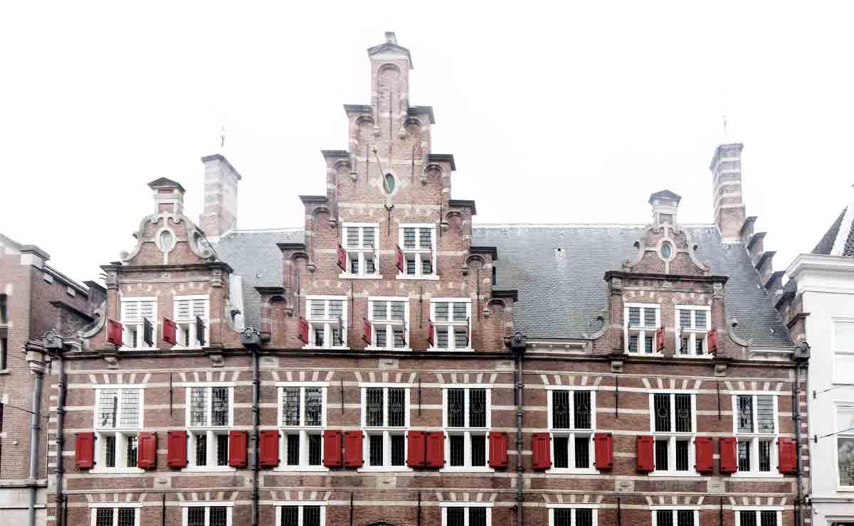 Het gemeenlandshuis aan de Breestraat in Leiden