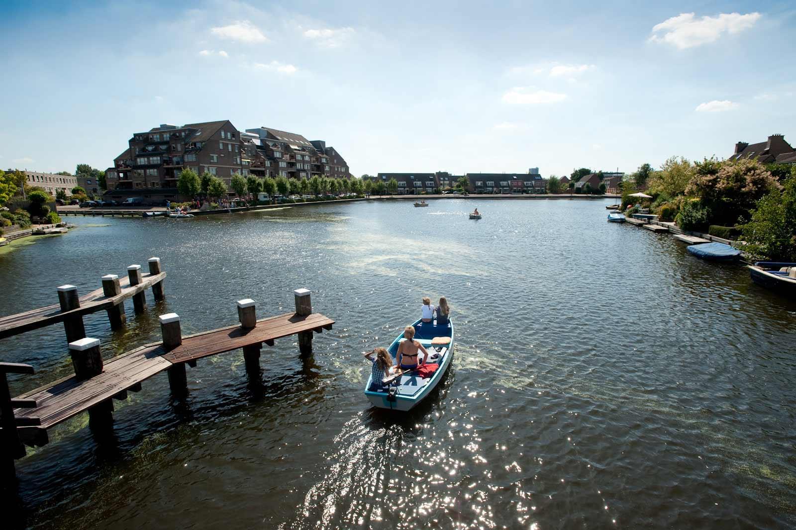 Recreatie op de Broekwegwetering nabij de Fregatwerf in Zoetermeer.