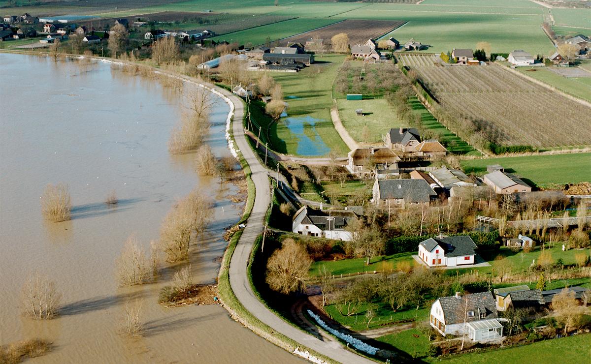 Luchtfoto van hoogwater - zandzakken tegen de dijk