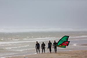 Kitesurfers op het strand bij Den Haag, hoogheemraadschap van Delfland
