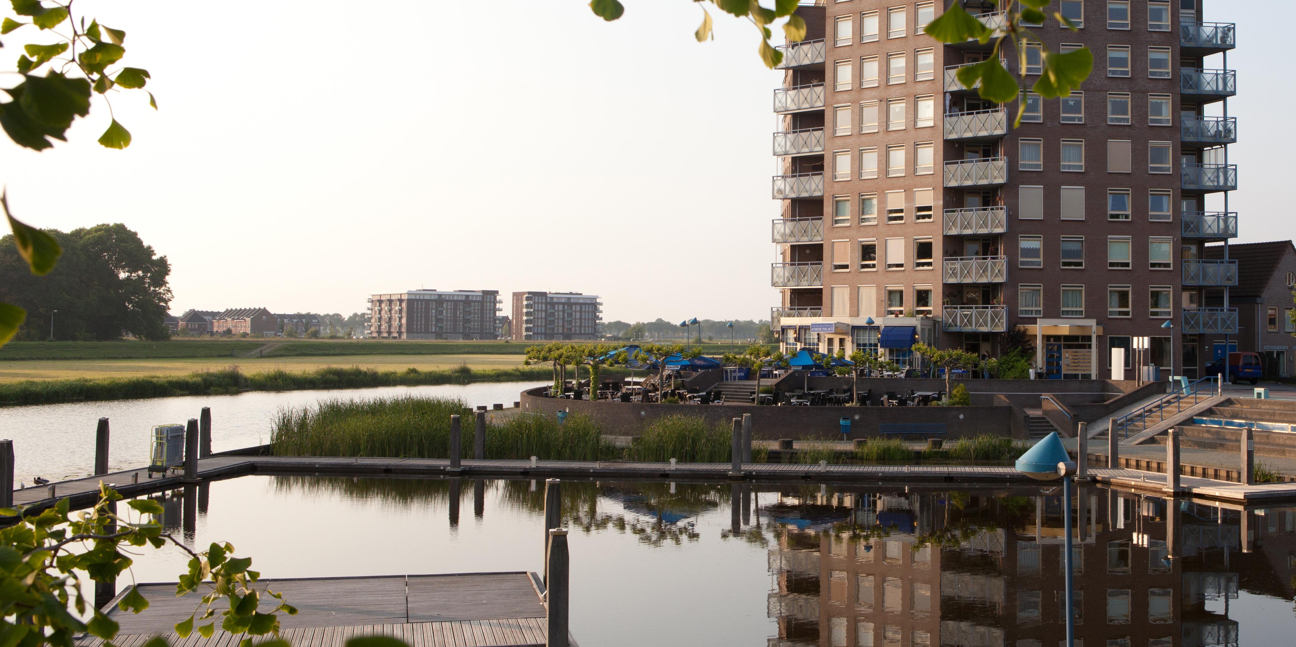 Zicht op appartementencomplex Havenhoofd aan de Vechtvoorde te Hardenberg