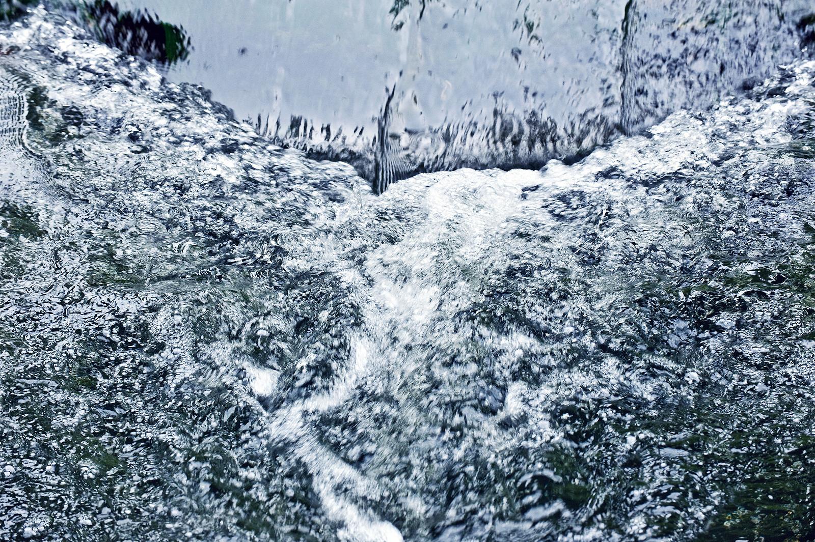 Stromend water bij een stuw in het Kanaal van Deurne, nabij Neerkant.