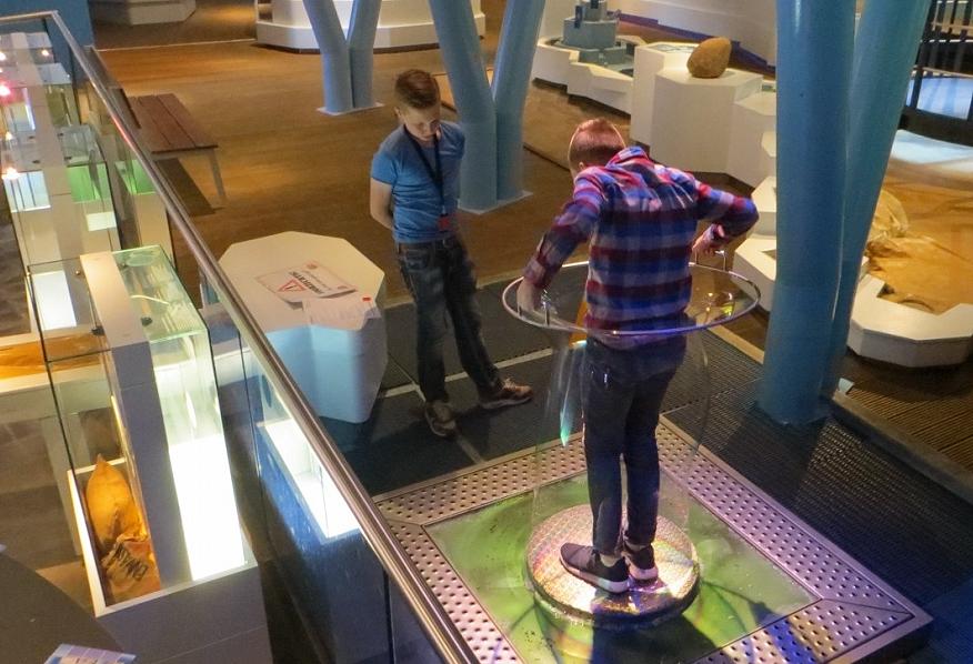 Jongens spelen met luchtbel in het Watermuseum