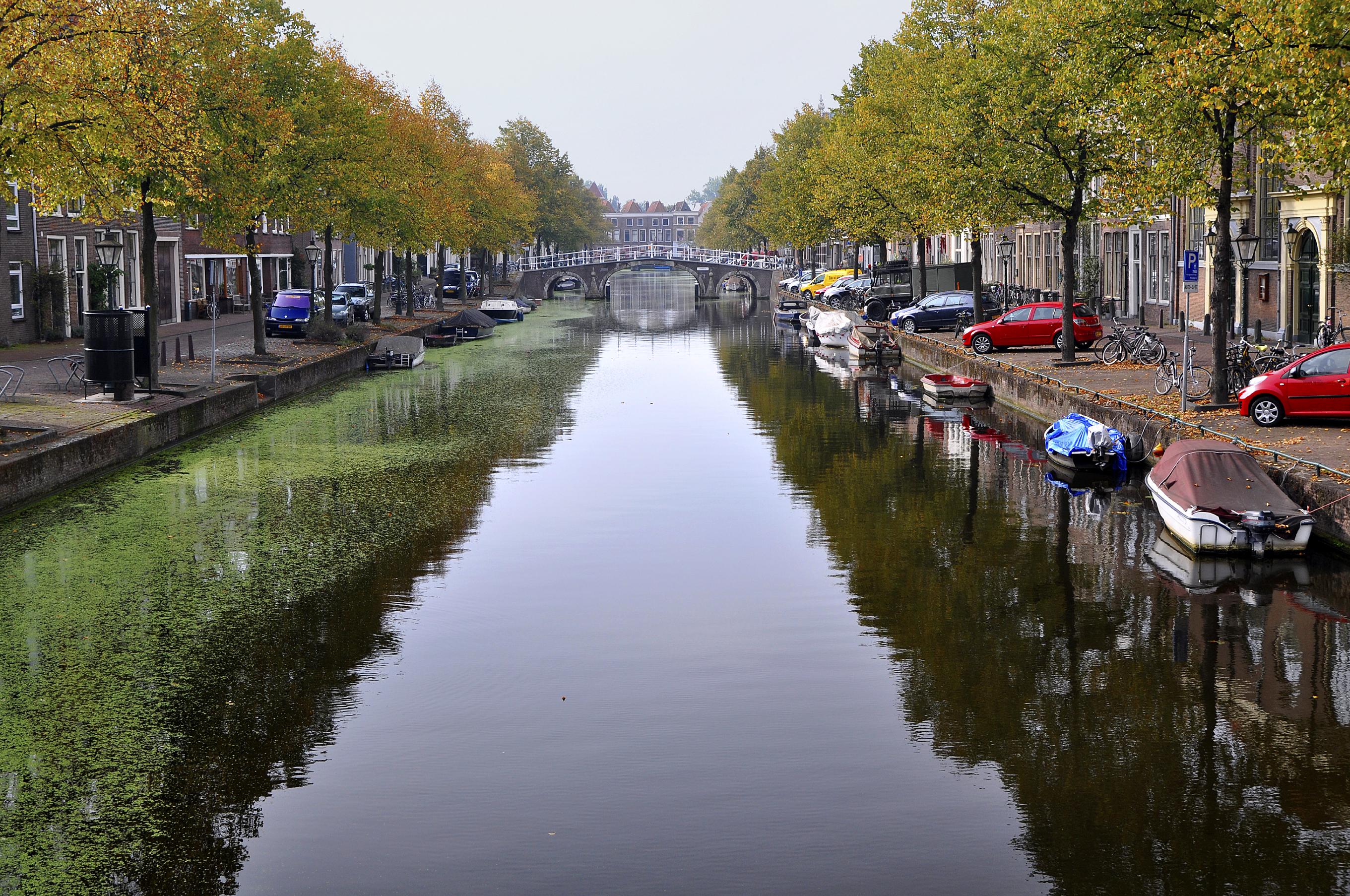 Zicht op de Herenbrug in Leiden.