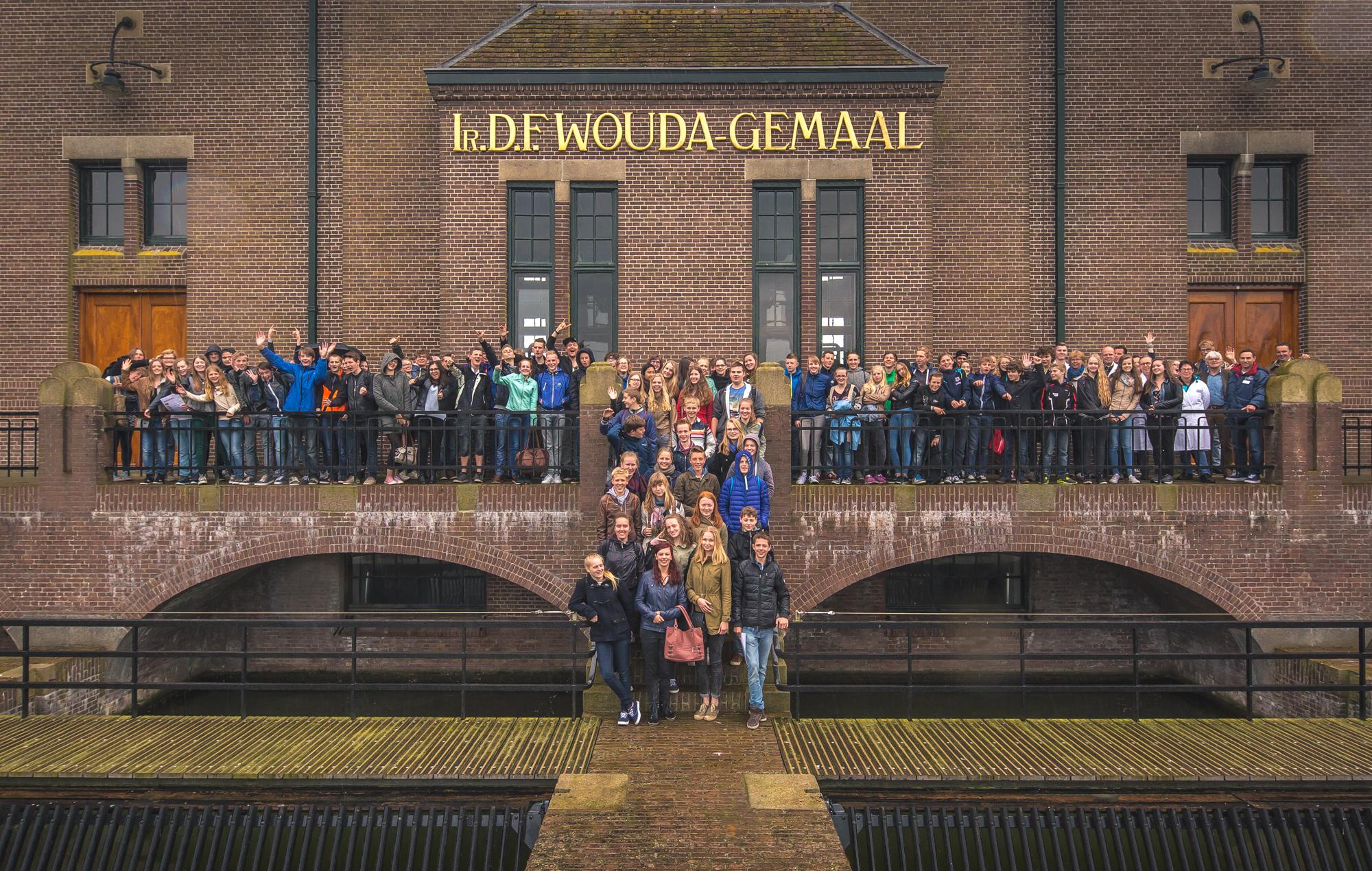 Groepsfoto van het jeugdwatercongres voor het Woudagemaal in Friesland.