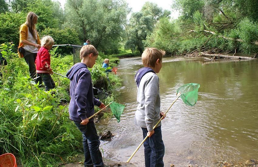 Kinderen met netjes bij het water tijdens IVN Slootjesdagen