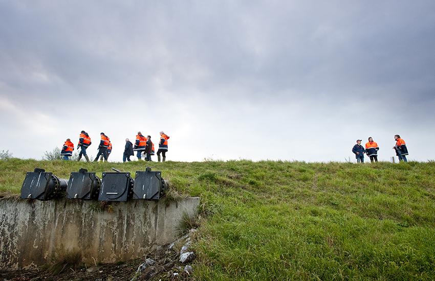 Dijkwachten lopen tijdens een oefening op een dijk bij de Vergelt in Baarlo.