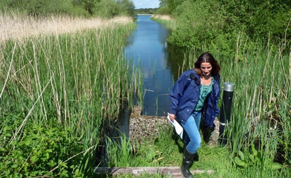 Hydroloog bij waterschap De Dommel in het veld