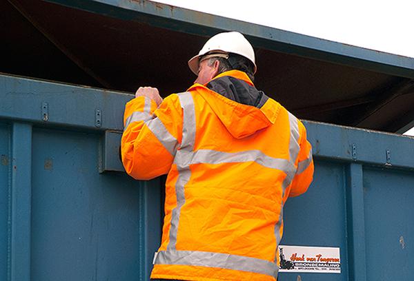 Milieu-inspecteur op bouwterrein in Friesland