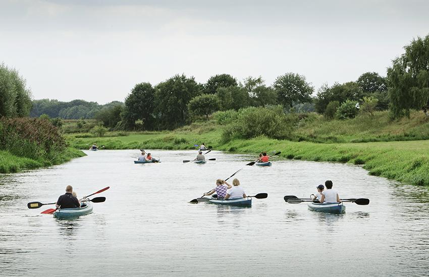 Kanovaarders op het riviertje de Niers nabij Ven-Zelderheide.
