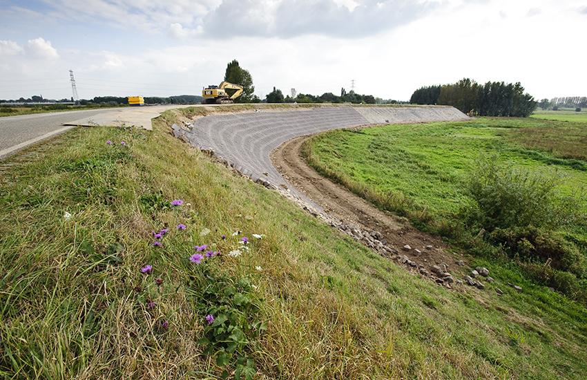 Dijkherstel van de Waalbandijk even ten noorden van Heesselt.