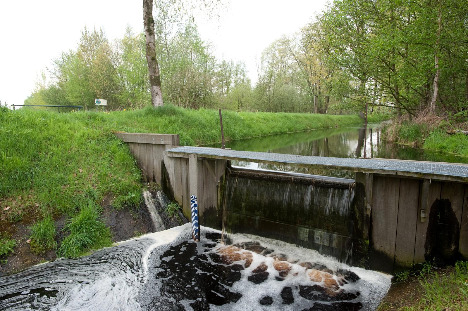 Stuw in natuurgebied Mariapeel tussen Helenaveen en Griendtsveen.