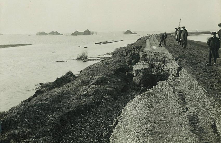 Beschadigde zeedijk ten zuiden van Monnickendam