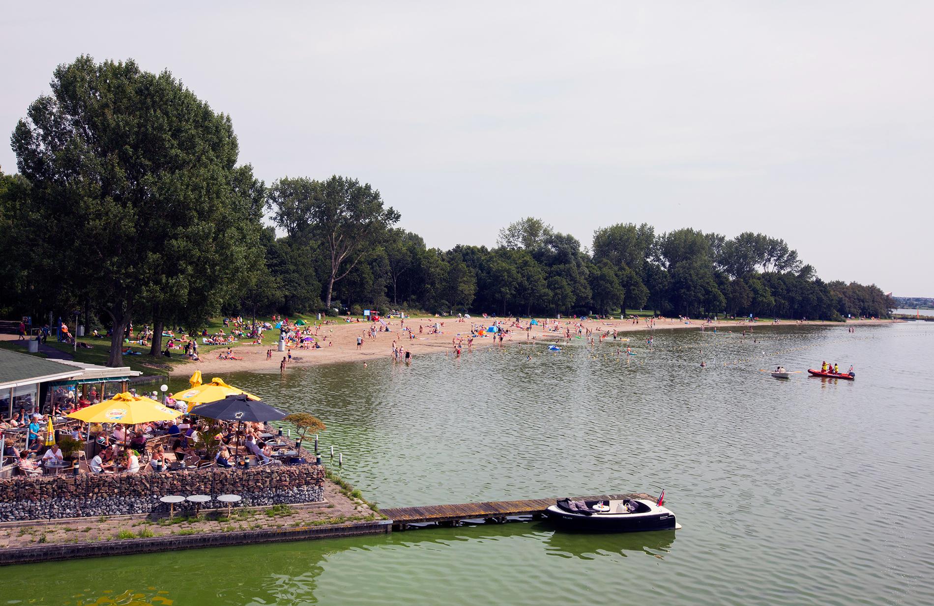 Strandje met badgasten bij Zoetermeer