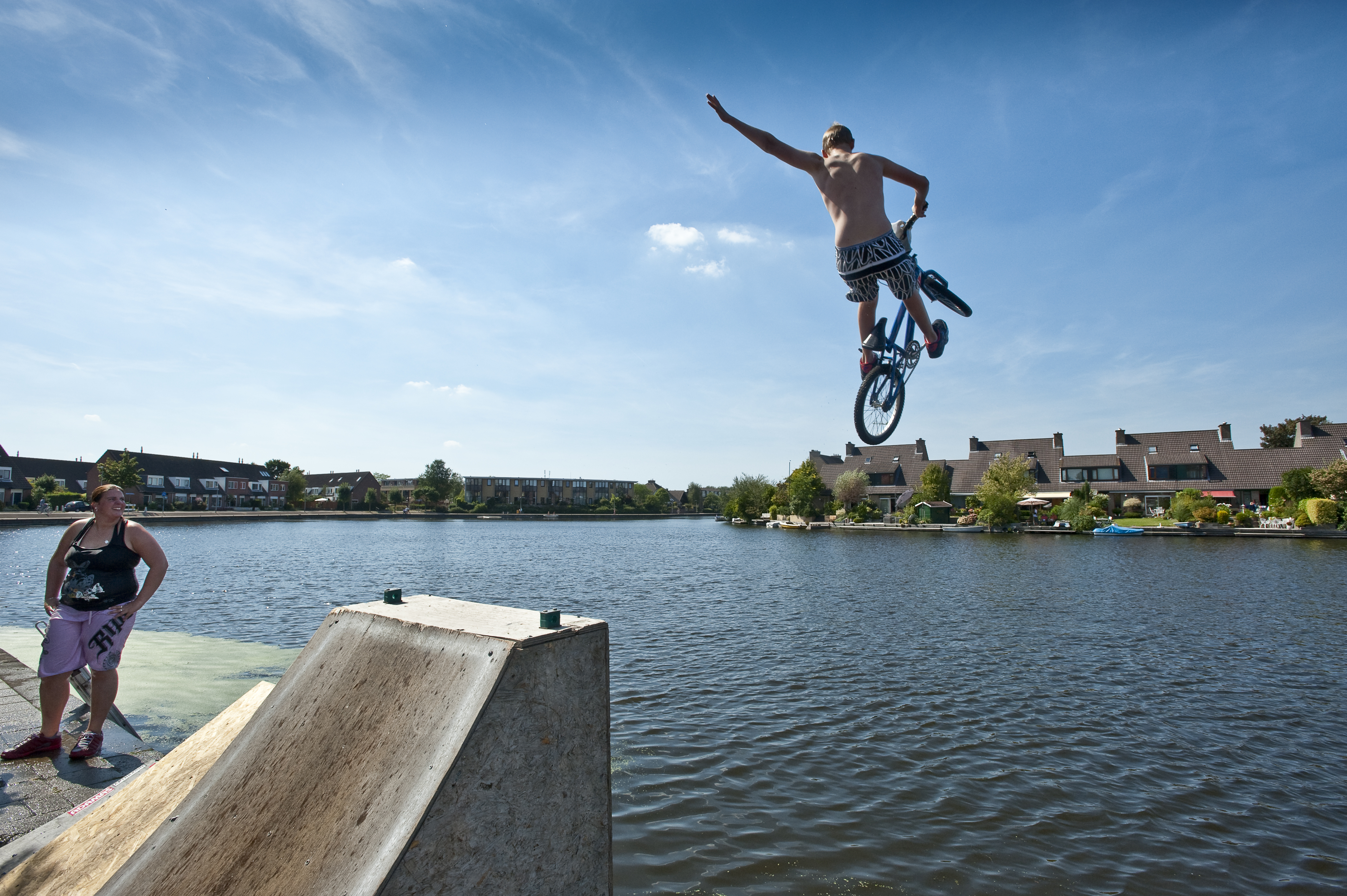 Jongelui springen met een BMXfiets in de Broekwegwetering nabij de Fregatwerf in Zoetermeer.