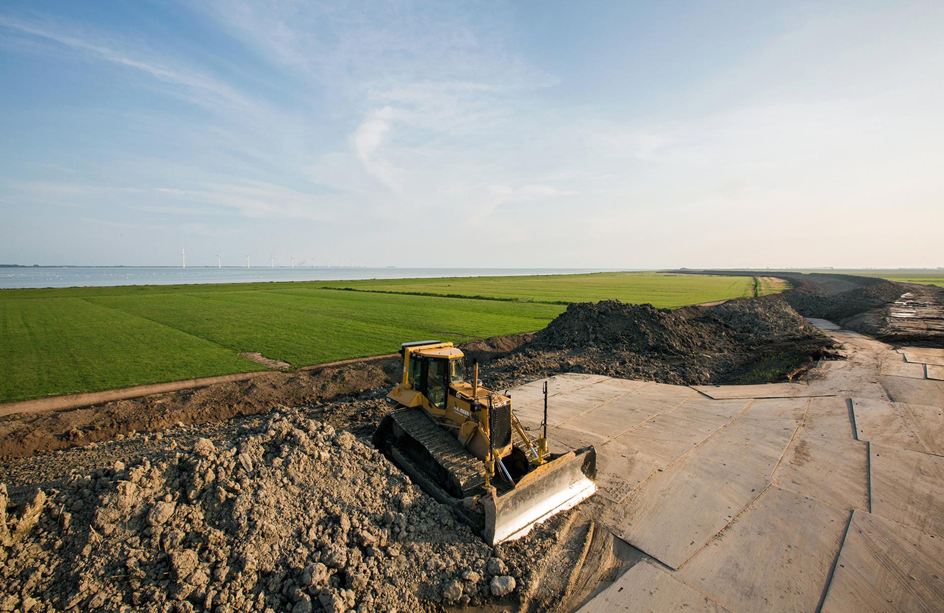 Bulldozers op dijk in Friesland
