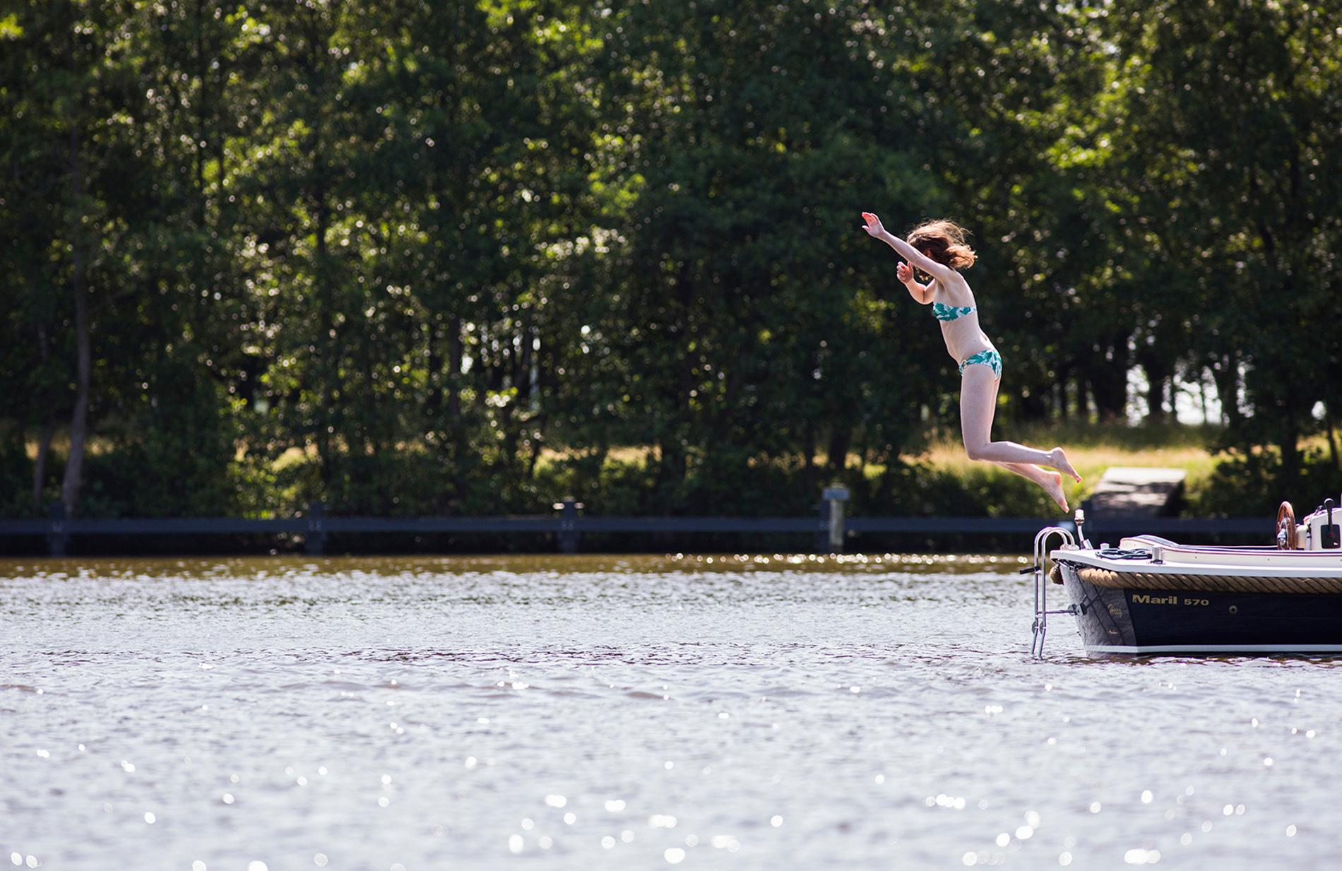 Meisje springt in het water